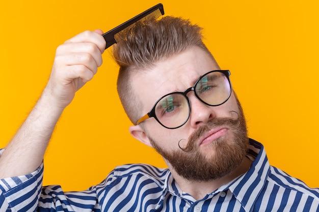 Portret przystojny młody mężczyzna hipster z wąsem i brodą czesał włosy