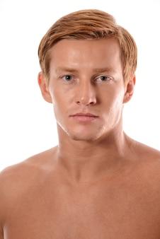Portret przystojny młody mężczyzna na białym tle.
