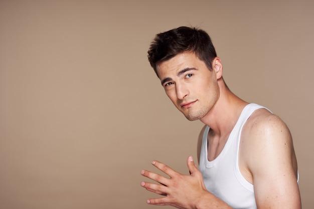 Portret przystojny młody mężczyzna twarz