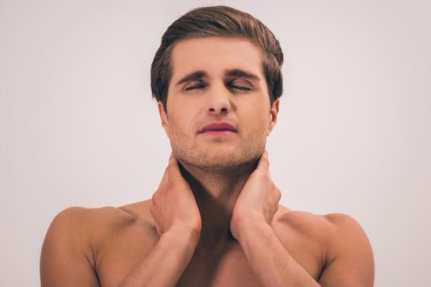 Portret przystojny młody nagi mężczyzna czuje ból.
