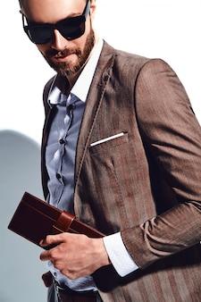 Portret przystojny moda model hipster stylowy biznesmen biznesmen ubrany w elegancki brązowy garnitur w okulary przeciwsłoneczne