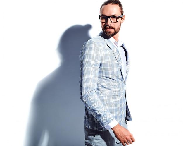 Portret przystojny moda model hipster stylowy biznesmen biznesmen ubrany w elegancki jasnoniebieski garnitur w okularach