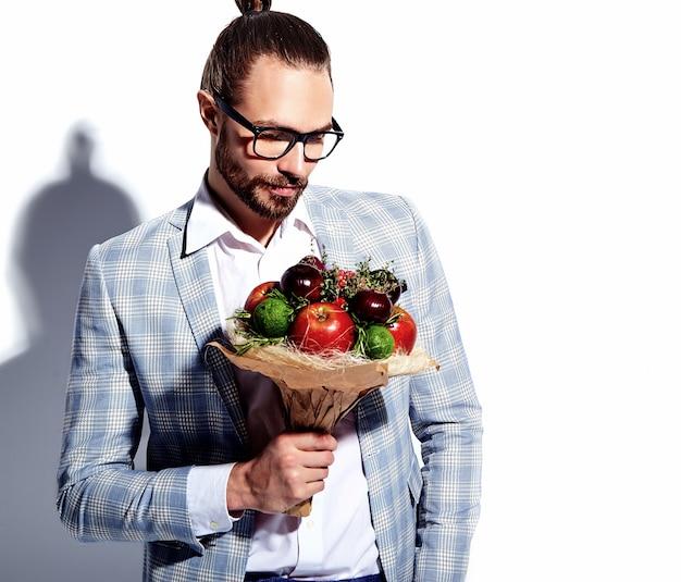 Portret przystojny moda stylowy hipster biznesmen model mężczyzna ubrany w elegancki jasnoniebieski garnitur w okularach na białym tle