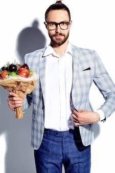 Portret przystojny moda stylowy hipster biznesmen model mężczyzna ubrany w elegancki jasnoniebieski garnitur
