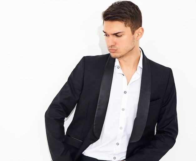 Portret przystojny moda stylowy hipster biznesmen model ubrany w elegancki czarny klasyczny garnitur