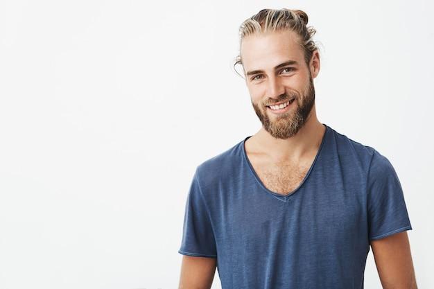 Portret przystojny, nieogolony mężczyzna z modną fryzurę pozowanie