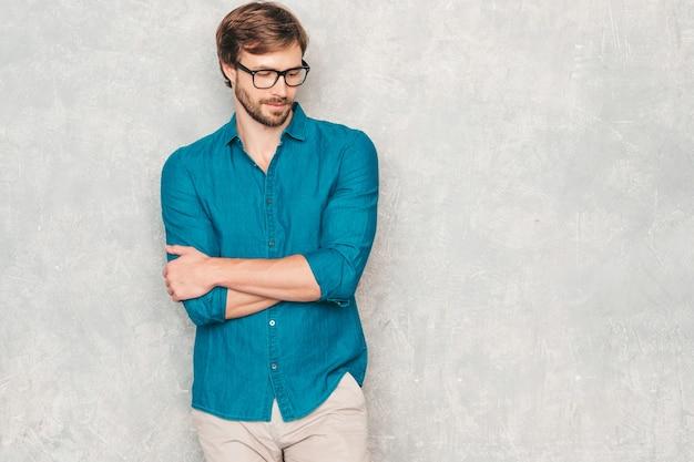 Portret przystojny pewnie hipster drwala biznesmen modelu na sobie ubranie koszula dorywczo dżinsy.