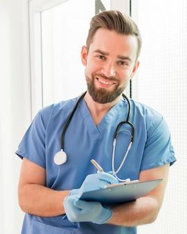 Portret przystojny pielęgniarki ono uśmiecha się