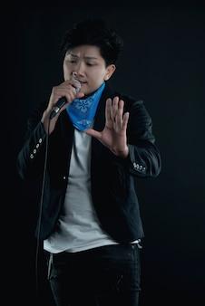 Portret przystojny piosenkarz atrakcyjne
