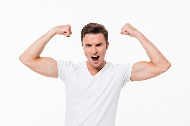 Portret przystojny silny mężczyzna, zginając biceps