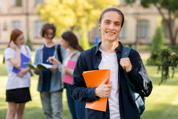 Portret przystojny studencki ono uśmiecha się