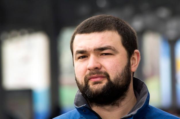 Portret przystojny, stylowy kaukaski młody człowiek z bliska.