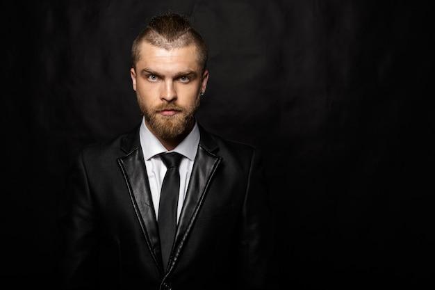 Portret przystojny stylowy mężczyzna
