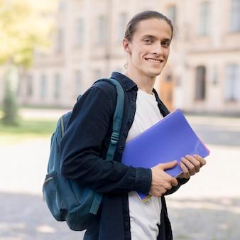 Portret przystojny uczeń przy kampusem
