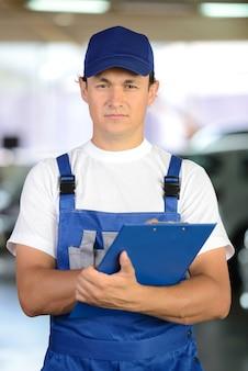 Portret przystojny uśmiechnięty mechanika mężczyzna