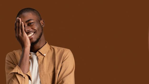 Portret przystojny uśmiechnięty mężczyzna z miejsca na kopię