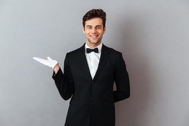 Portret przystojny uśmiechnięty mężczyzna