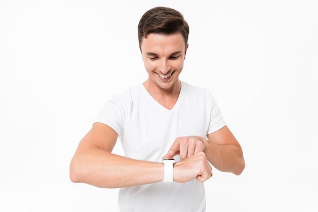 Portret przystojny współczesnego człowieka za pomocą inteligentnego zegarka