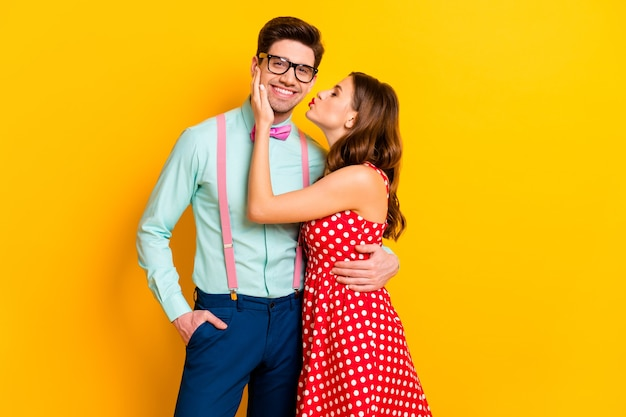 Portret przytulne marzenie delikatnych małżonków dziewczyna całuje faceta w stylu geek przytulić