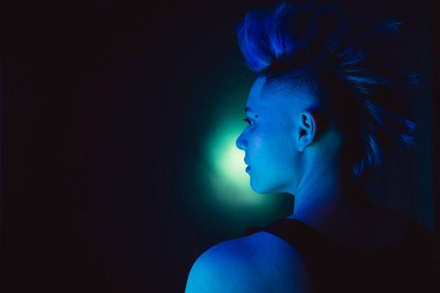 Portret punkowej lesbijek z irokezem niebieska fryzura.