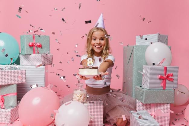 Portret radosna dziewczynka w urodzinowym kapeluszu