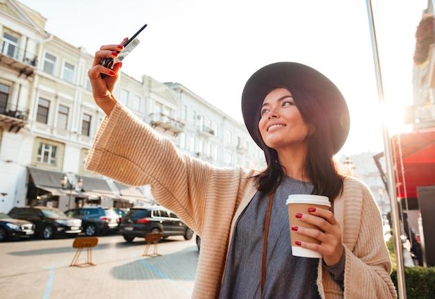 Portret radosna kobieta bierze selfie