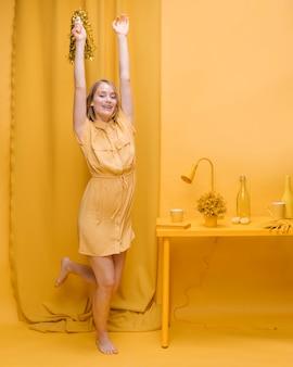 Portret radosna kobieta w żółtej scenie