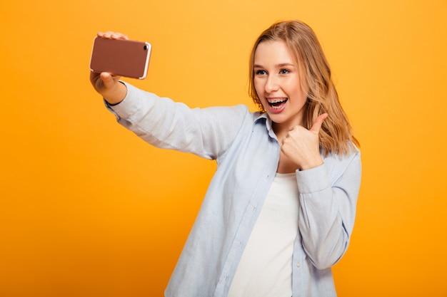 Portret radosna młoda dziewczyna z szelkami