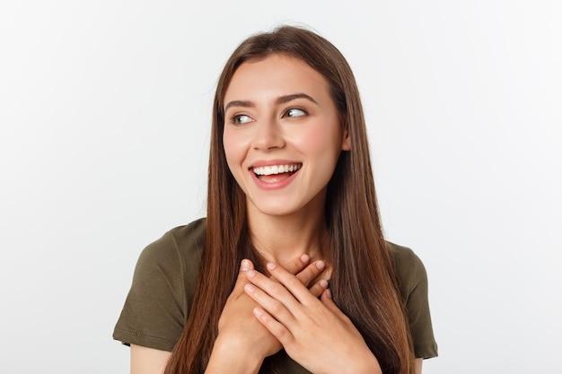 Portret radosna wychodząca kobieta lubi śmiać się głośno, nie kryjąc emocji chichot chichocząc facepalm zamknij oczy uśmiechając się szeroko białe tło