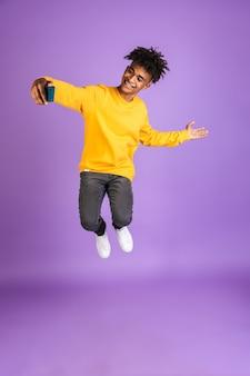 Portret radosnego młodego afroamerykanina