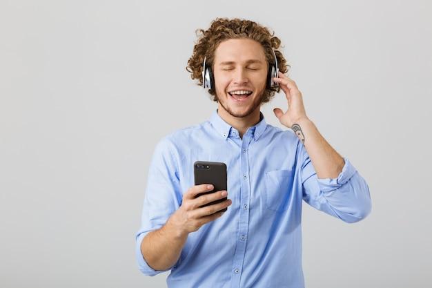 Portret radosnego młodego człowieka z kręconymi włosami