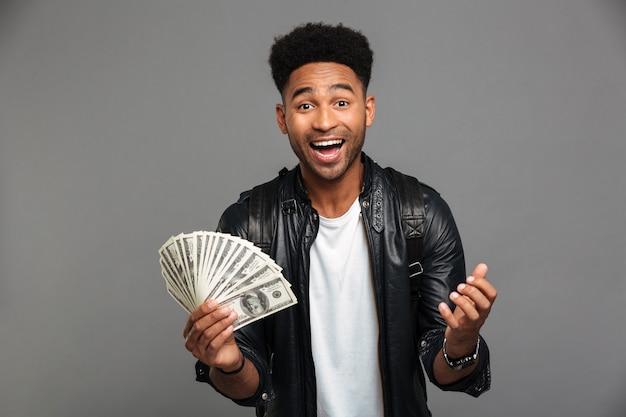 Portret radosnego podekscytowanego afro amerykańskiego mężczyzny