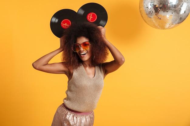 Portret radosnej afro amerykańskiej kobiety