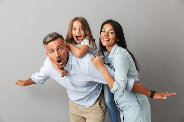 Portret radosnej rodziny