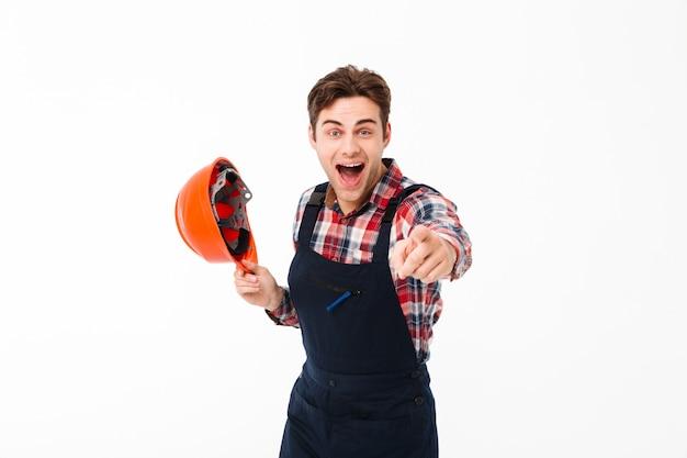 Portret radosny młody mężczyzna budowniczy obchodzi