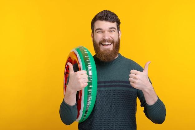 Portret radosny pracownika mienia dopłynięcia okrąg i pokazywać aprobaty