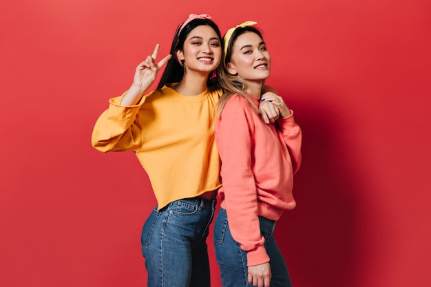 Portret radosnych kobiet w wielobarwnych bluzach