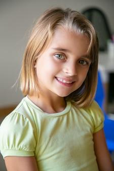 Portret rasy kaukaskiej dziewczynki w żółtej koszuli