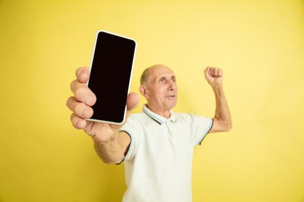 Portret Rasy Kaukaskiej Starszego Mężczyzny Na żółtym Tle Darmowe Zdjęcia