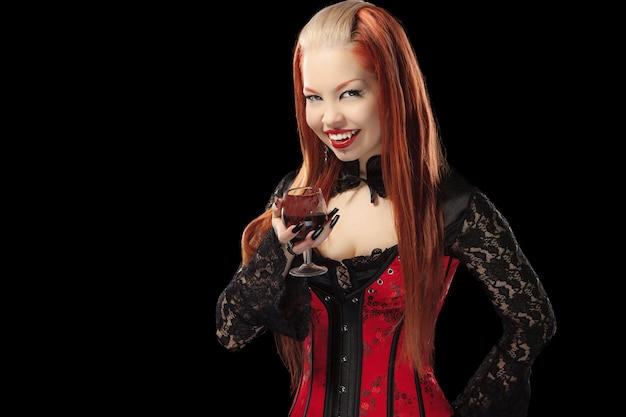 Portret redheaded gotycka dziewczyna ze szkłem