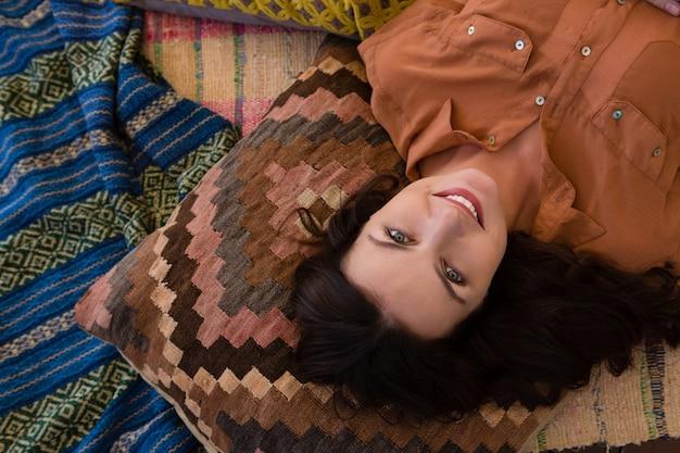 Portret relaksuje w namiocie kobieta