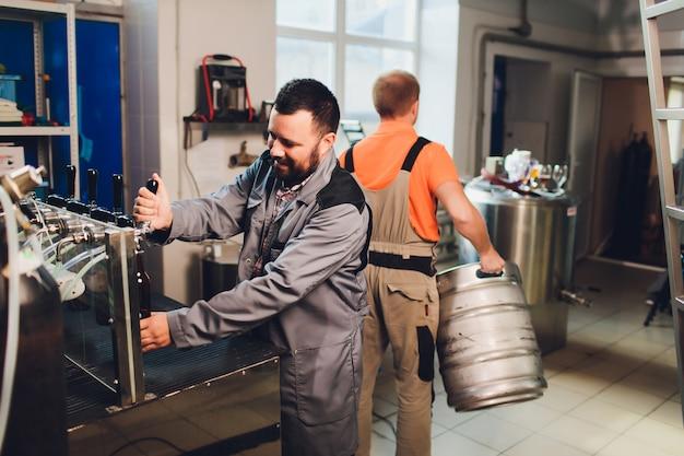 Portret robi piwu na jego miejscu pracy w browarze piwowar