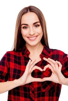 Portret robi sercu z palcami szczęśliwa ładna kobieta