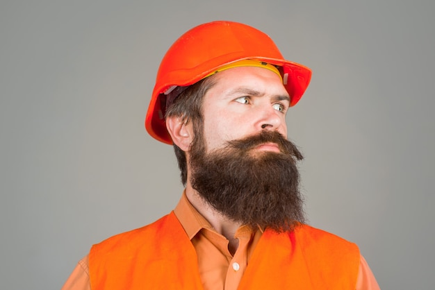 Portret robotnik mechaniczny brodaty mężczyzna w kasku budowlanym portret brodaty mężczyzna w kasku