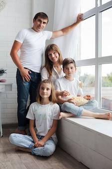 Portret rodzeństwa z rodzicami patrząc na kamery