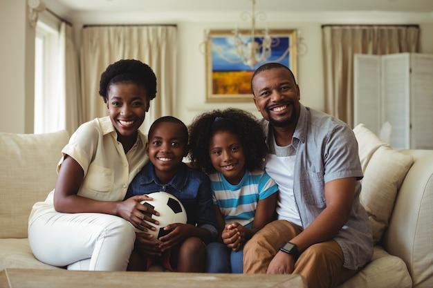Portret rodziców i dzieci oglądając telewizję w salonie