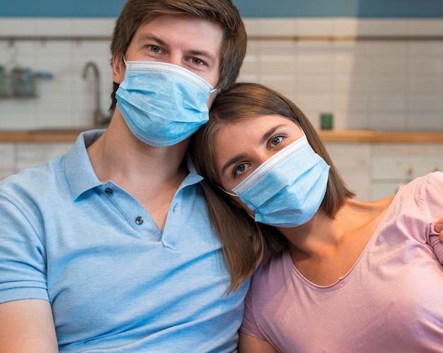Portret rodziców noszących maskę