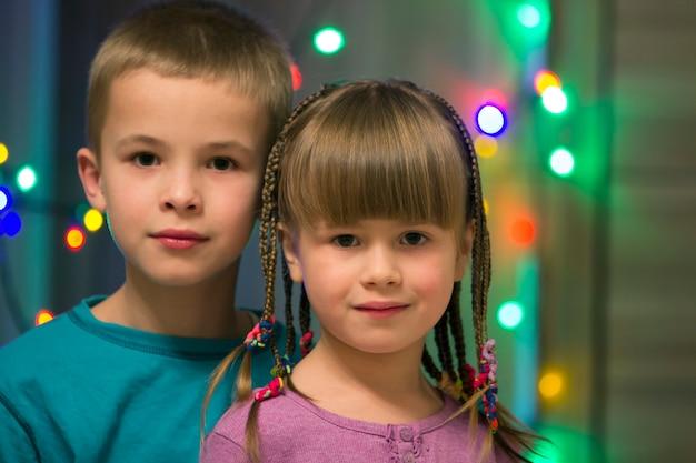 Portret rodzinny dwojga młodych szczęśliwych dzieci.
