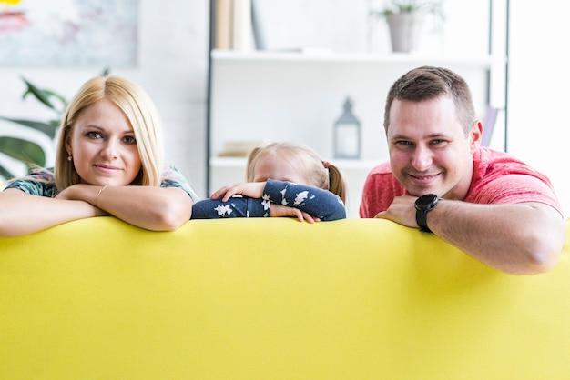 Portret rodzinny obsiadanie na kanapie