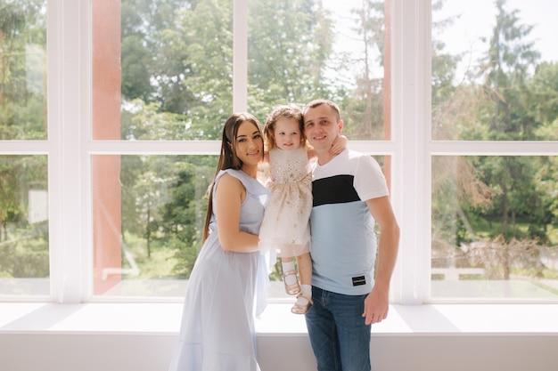 Portret rodzinny przed dużym oknem